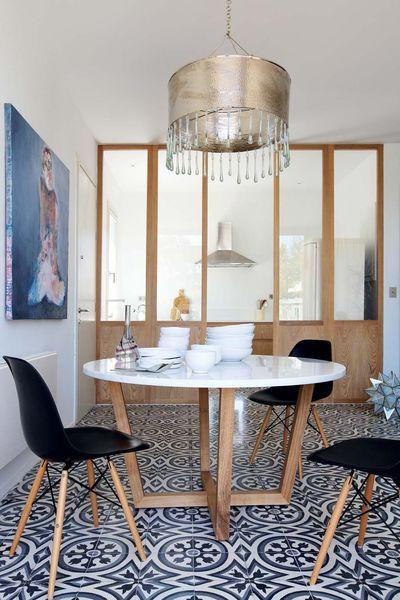 Salle à manger séparée de la cuisine par une verrière intérieure communicante. Plus de photos sur Côté Maison http://petitlien.fr/7rj8
