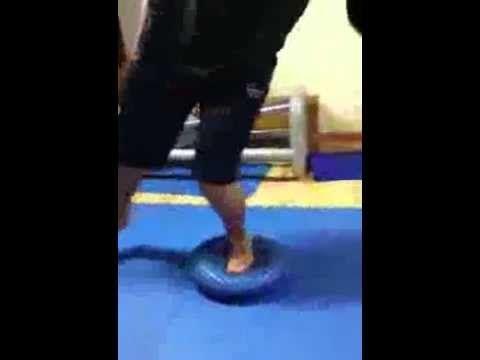Riabilitazione distorsione alla caviglia. Propriocezione su vari elementi.avi - YouTube
