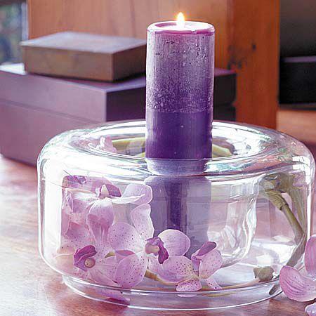 Centro de mesa con velas en lila con petalos que dan color y fragancia ideas de bodas - Centro mesa velas ...