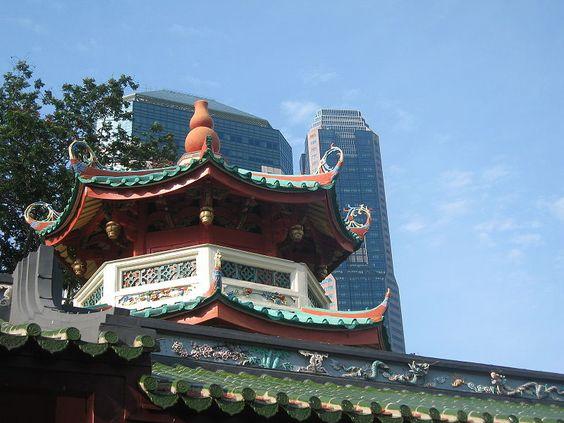Chùa có mái ngói kiểu Trung Hoa truyền thống màu xanh lục sáng