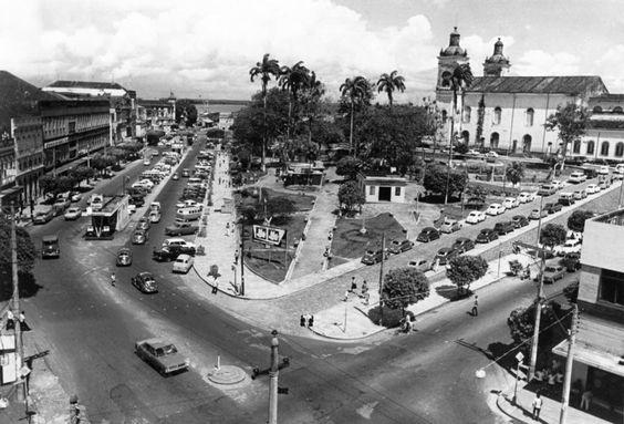 Vista parcial do jardim lateral da Praça da Matriz que fica para o lado da avenida Eduardo Ribeiro. Década de 70. Manaus. Acervo: Moacir Andrade.