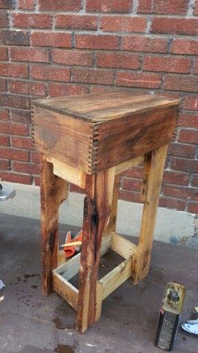 Une vieille boite en bois et une palette