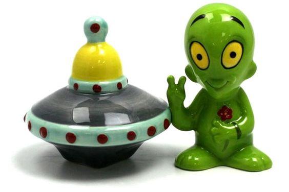 Alien And UFO Salt And Pepper Shaker Set (Magnetic)