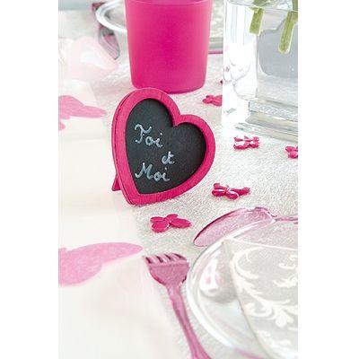 Tischdeko mit Herz.. Herztafel in Fuchsia sorgt für Dekoration auf der Hochzeitstafel und bietet eine tolle Alternative zu klassischen Tischkarten.
