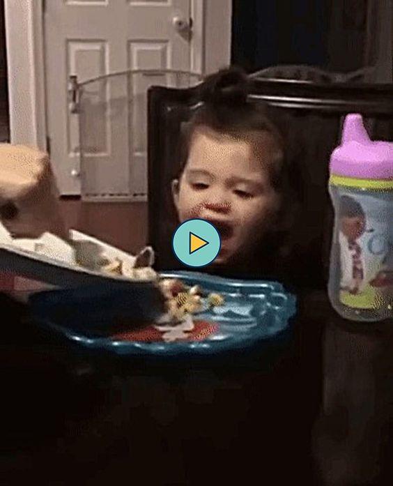 a nenem fica feliz em ver a comida