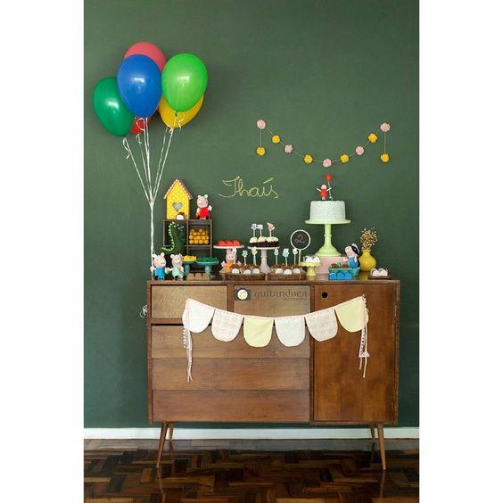 """""""Festinha em casa de 2 anos da minha filha. Tema: Peppa Foto: @quitandoca Bolo, cupcake de churros e red velvet: @caroltavoracake Brigadeiros:…"""""""