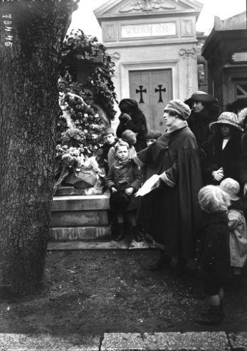 09/04/1922, cimetière Montmartre, cérémonie à la tombe du poète Slovacky (i.e. Juliusz Słowacki, discours de) Mlle Loubiewa | Photographie de presse : Agence Rol