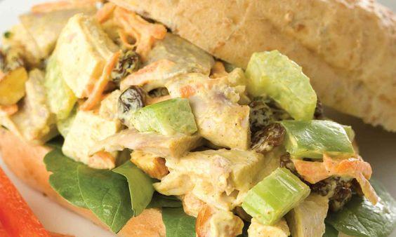 Donnez une nouvelle vie aux sandwiches à la salade de poulet. La poudre de cari, les raisins frais et les amandes donnent une saveur riche à ce poulet au cari. | Le Poulet du Québec