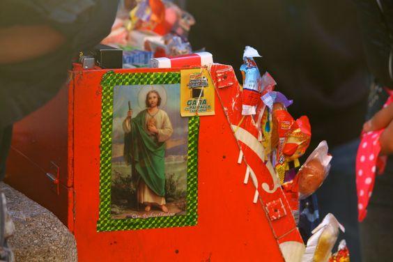Una tarjeta con la imagen de San Judas Tadeo en la caja de un vendedor de dulces ambulante