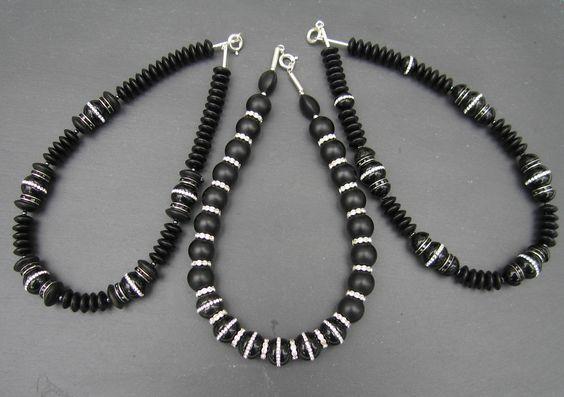 Onyx-Ketten mit Straß-Elementen, die auch schlichte Kleidung festlich schimmern lassen.