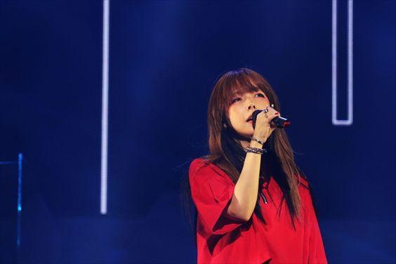 aiko真っ赤なTシャツで熱唱画像