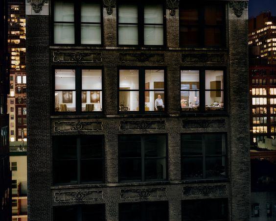 Out My Window, Chelsea, West 29th Street, Preparing for Dinner Party, 2008|«Chaque shooting engendre une rencontre entre les voisins. Et à Paris, les modèles du projet se retrouvent aux événements accompagnant la sortie de mon livreVis à Visparu chez La Martinière. Résultat, une véritable petite communauté de gens ayant participé aux photos ou aidé à trouver desfenêtresa fini par se former.»