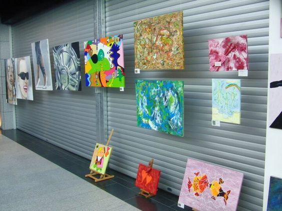 Ausstellung /Langenfeld Bilderwand mit meinen bunten Werken  (im Hintergrund links: Werke von Frank Mathies)
