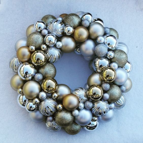 Christmas Wreath  •  Free tutorial with pictures on how to make a bauble wreath in under 60 minutes: