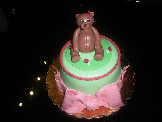 Torta con orsacchiotto e fiocco rosa.