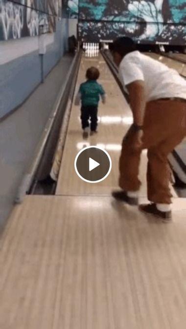 Pai e filho se brincando boliche