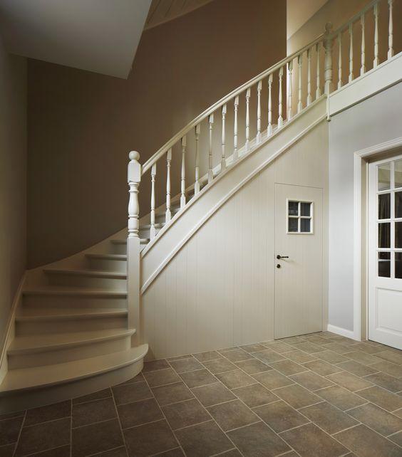 Trap onderkant dichtgemaakt met wand en deur landelijke trappen geschilderd pinterest - Foto moderne trap ...