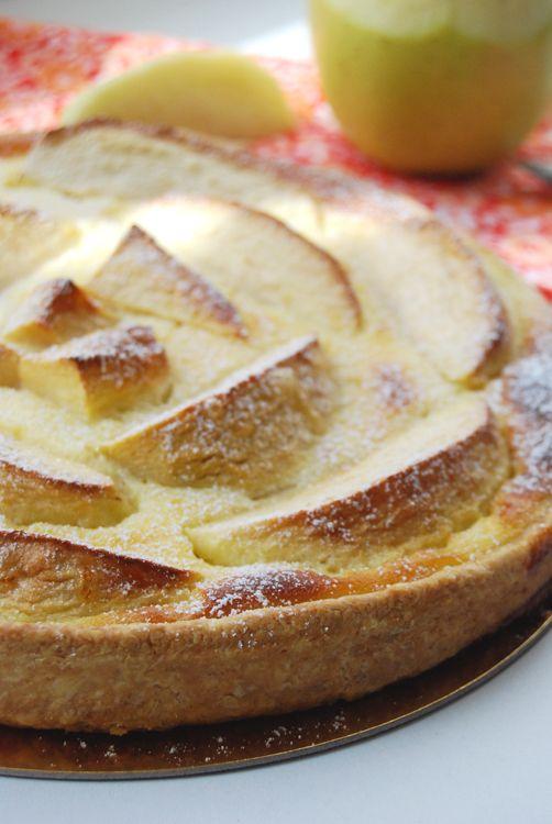 Recette de la tarte alsacienne aux pommes avec une pâte brisée, un appareil à crème prise et de gros quartiers de pommes disposés sur le fond de tarte.