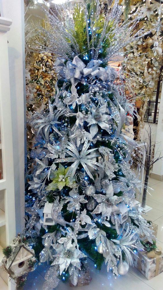 Arboles De Navidad En Azul Y Plata Arboles De Navidad En Azul Decoracion Azul Para Navida Outdoor Christmas Decorations Holiday Christmas Tree Christmas Tree