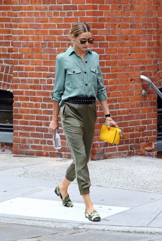 Olivia Palermo Just Demonstrated the New Way to Carry Your Handbag via…