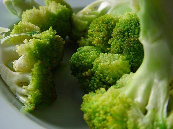 Uno de mis vegetales favoritos es el brocoli, es sumamente delicioso y ayuda a eliminar el colesterol malo del organismo.