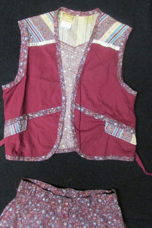 Burgundy Gunne Sax / Gunnies prairie calico vest. 51M41