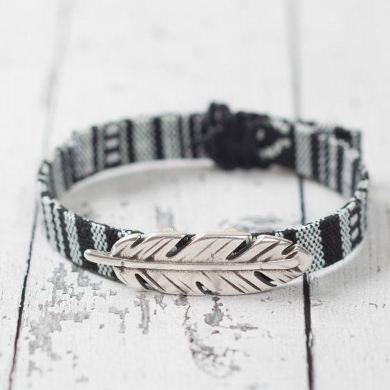 Boho Armband mit Schiebeperle Feder und Ethnoband mit Macrameeknoten