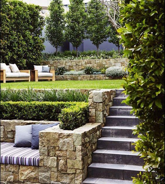 Jard n con desniveles escaleras pinterest espacios for Jardines en desnivel