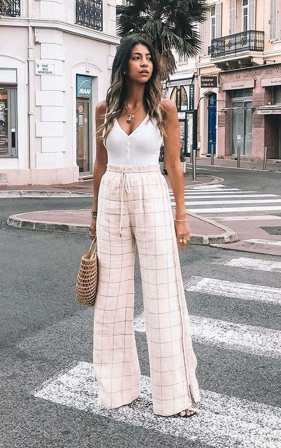 30 looks de verão para você experimentar hoje! Look calça pantalona e regata branca. Look verão com estilo. Look verão 2020. #lookverao #consultoriadeestilo #dicasdemoda #dicasdeestilo #lookdeverao #verao2020