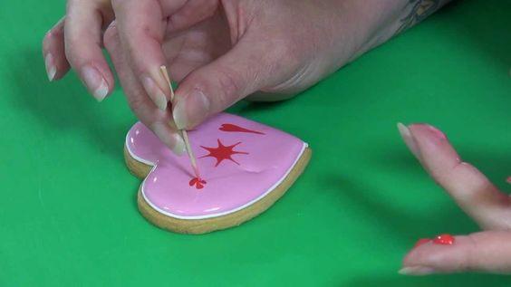 Zelf heerlijke koekjes bakken en decoreren met icing voor prachtige glazuurde koekjes. In deze video leggen we je stap voor stap uit hoe je koekjes kunt versieren met Royal icing. Breng een mooi glazuur laagje aan op de zelf gebakken koekjes en versier deze met verschillende kleuren en patronen.