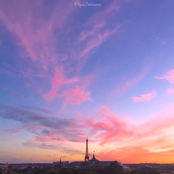Sous le ciel de Paris  S'envole une chanson  Elle est née d'aujourd'hui  Dans le cœur d'un garçon  Sous le ciel de Paris  Marchent des amoureux  Leur bonheur se construit  Sur un air fait pour eu