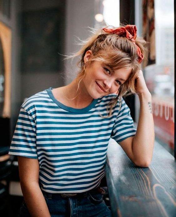 Se adapta a todos acessórios: a maior prova disso? Combine scrunchies com t-shirt listrada e garanta o look fashion que só. it-girl - t-shirt-listras-calca-mom-scrunchie - t-shirt listra - verão - street style