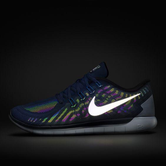 Der Nike Free 5.0 Flash Laufschuh kombiniert eine hochflexible Außensohle und den leichtgewichtigen Halt eines klassischen Laufschuhs.