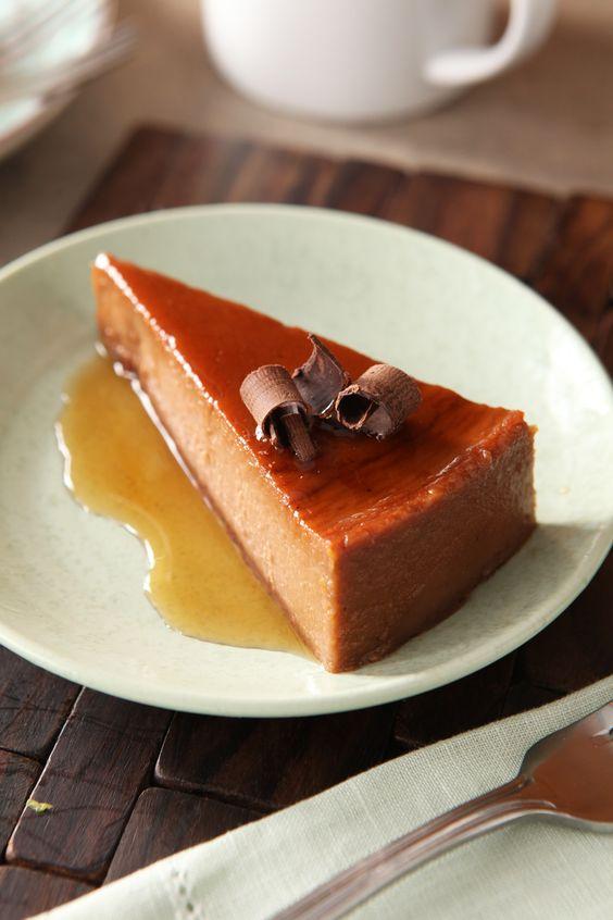 Flan de queso crema, chocolate y naranja-Lúcete durante la sobremesa con este flan que combina los deliciosos sabores del queso crema, chocolate y naranja.