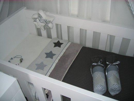moderne grijs getinte babykamer - mooie gestyled beddengoed, Deco ideeën