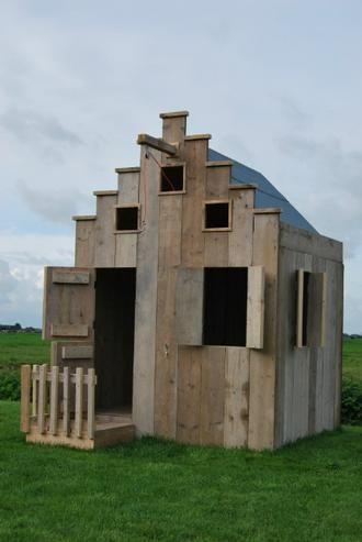 Spielhaus für Kinder aus Gerüstholz