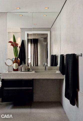 Sob a bancada de limestone, o armário é da Kitchens. O vão de 76 cm de largura x 60 cm de profundidade sob a pia autoriza a entrada da cadeira de rodas.