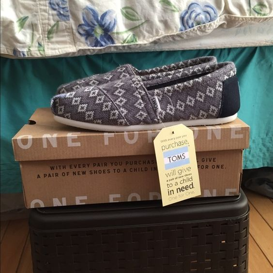 TOMS Classic women's shoes Brand new never worn . Classic grey geo knit. Women size 8. TOMS Shoes Flats & Loafers