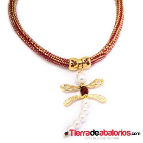 Otro de los Modelos de Colar de Libelula que podéis hacer con Cordón, Perlas de Cristal y Zamak con baño de Oro que da ese toque especial a tu Collar.