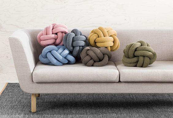 Knoten werden nicht wirklich mit Bequemlichkeit assoziiert. Ragnheiður Ösp Sigurðardóttir schafft jedoch mit ihren Knot Cushions ganz und gar besonders aus