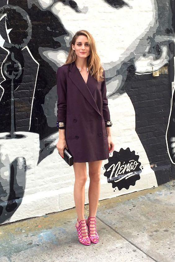 Nos encanta este look de entretiempo de Olivia Palermo con blazer de Tibi, sandalias de tacón de Schutz, brazaletes vintage de Miriam Haskell y clutch de Hayward.