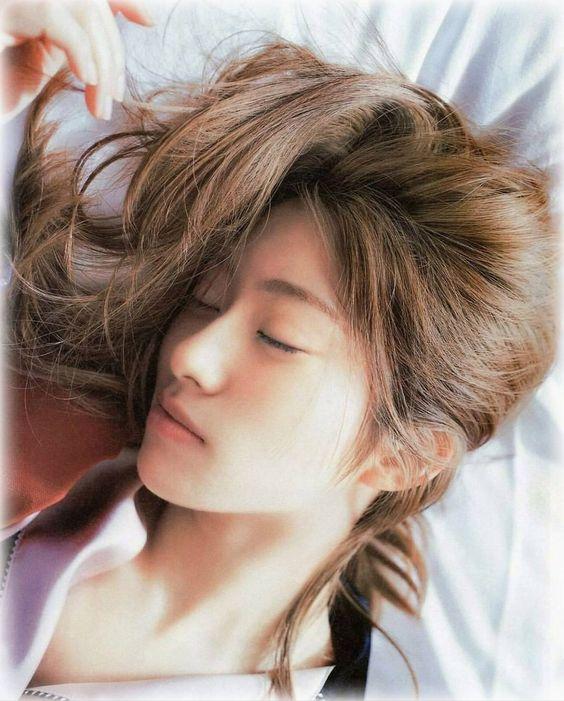 横になる桜井玲香のかわいい画像