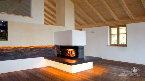 Eck-Kamine gibt es in unterschiedlichen Varianten. So kann man von einem großformatigen Architektur-Kamin bis zu einem kleinen Eck-Kamin wählen. Bei den Türen gibt es die Möglichkeit sich zwischen einer Dreh- oder Schiebetüre zu entscheiden. #Eck-Kamin #moderner Heizkamin #Fireplace #Ofenkunst #Riederinger Hafnerei #Architekturkamin #Designkamin www.Ofenkunst.de