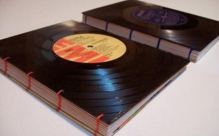 Cuaderno hecho con tapas de disco de vinilo.