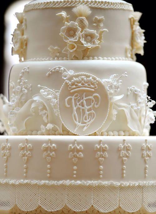 Imagem de https://1.bp.blogspot.com/-vEp-8feg8g8/TjiW19F-qYI/AAAAAAAAA0U/C-4Yf6iF1iw/s1600/bolo+casamento+real.jpg.