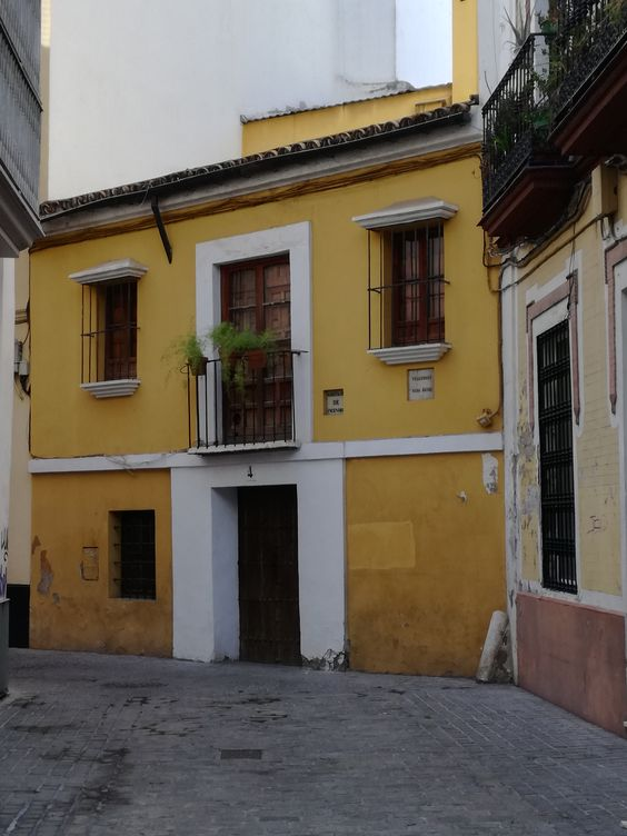Casa donde nació el artista Diego Velázquez. Actual sede del taller de la marca Victorio & Luccino. Data del S. XVI.
