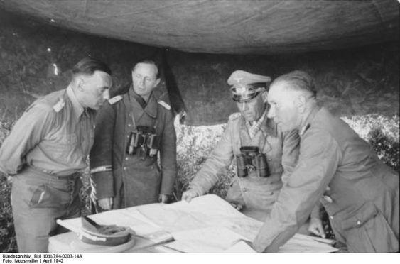 """Im Hauptquartier von Rommel. Lagebesprechung vor dem Angriff auf Tobruk. Ganz rechts der Kommandierende General des """"Afrikakorps"""", Generalleutnant Nehring, links Oberstleutnant Bayerlein. April 1942."""