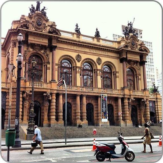 Um cartão de visitas da cidade, o Teatro Municipal de São Paulo foi inaugurado em 1911 e tombado em 1981. Seu estilo arquitetônico é um dos grandes destaques. ... #turismo_na_cidade #scooturismo #use_scooter #scooter #scooterista #Honda #Lead #PCX http://www.scooterista.com.br/