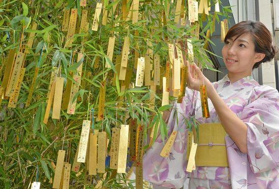 日本の季節は毎日が文化だ。【七夕】  東京銀座に金箔の短冊千枚以上を竹に吊るした七夕飾り登場。 photo:貴金属店「GINZA TANAKA銀座本店」きょう3日は、浴衣姿の女性が短冊を飾り付けた。展示は7日まで。と/msn pic.twitter.com/0phnbzc1ig