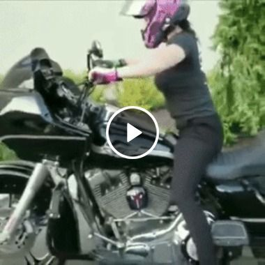Essa moto é pesada demais para uma garota frágil, tome cuidado!
